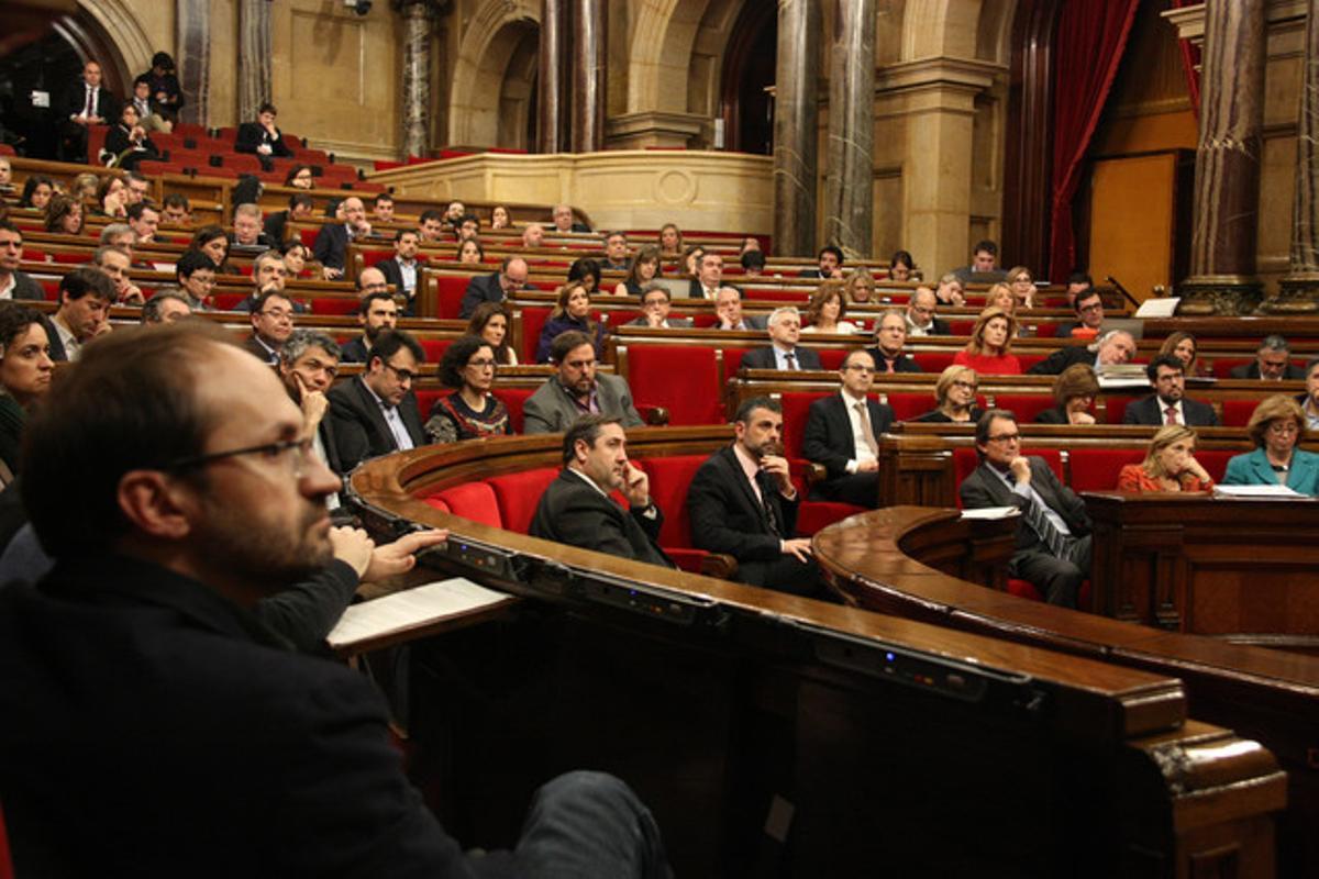 Los diputados catalenes este jueves en el Parlament mientras se leía la declaración institucional sobre los hechos del 4-F.