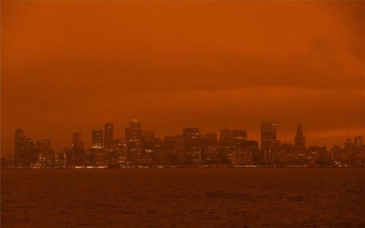 Vista de la ciudad deSan Francisco con cielo rojizo.