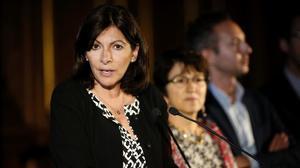 La alcaldesa de París, Anne Hidalgo, anuncia la creación del campo de refugiados, en París, el 31 de mayo.