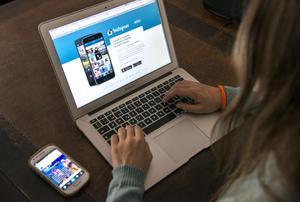 Una joven ante su ordenador a punto de acceder a Instagram.