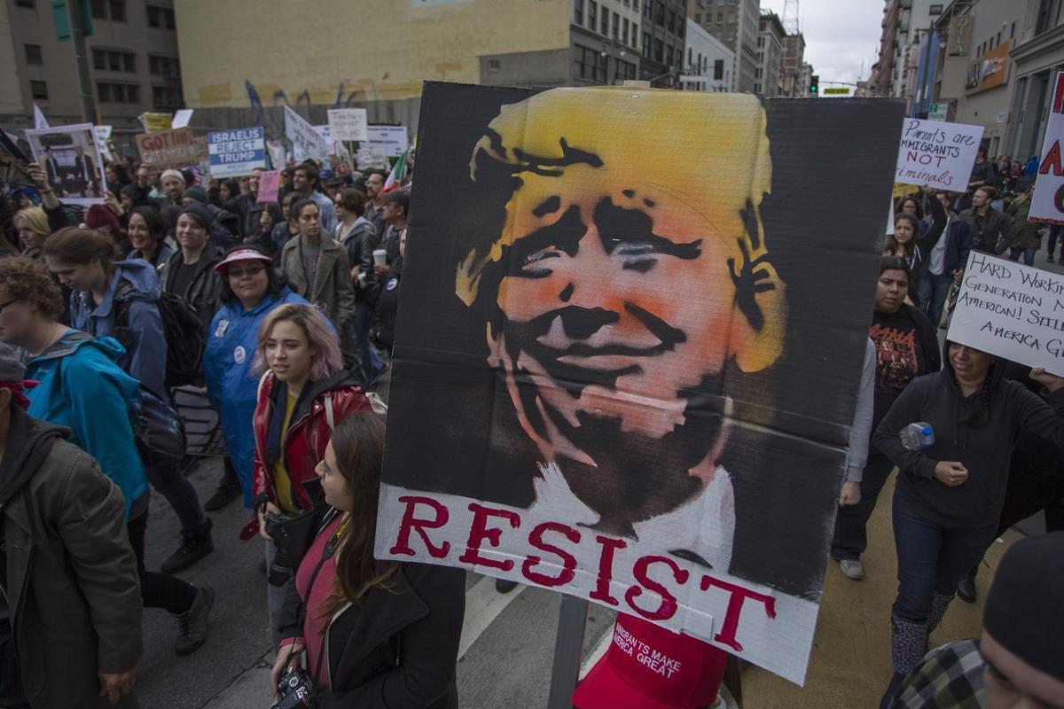 Participantes en una manifestación contra Trump en Los Ángeles, este sábado.