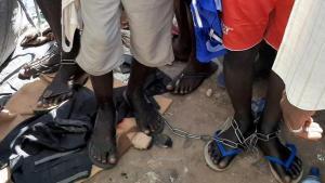 Personas encadenadas en una escuela coránica.
