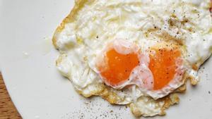 Un huevo frito con dos yemas.