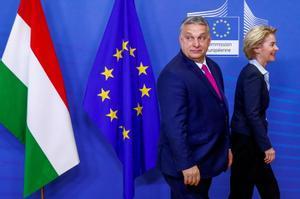 El primer ministro húngaro, Viktor Orban, camina junto a la presidenta de la Comisión Europea, Ursula von der Leyen, en un cumbre de la UE el año pasado en Bruselas.