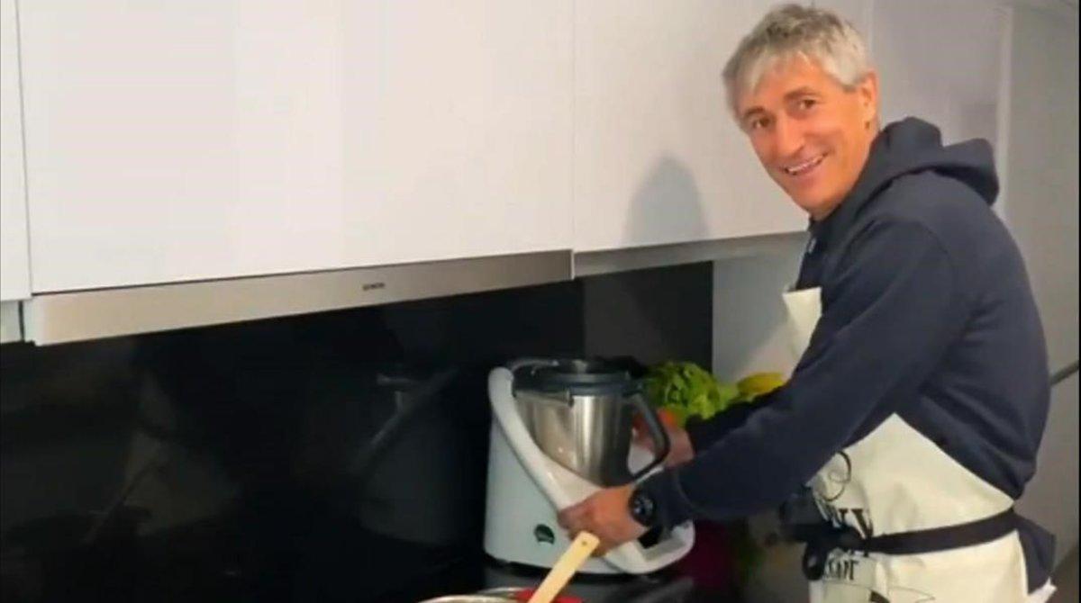 Quique Setién, técnico del Barça, entreteniéndose en la cocina de su casa de Barcelona.