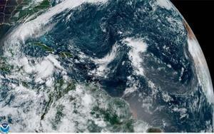 Imagen satelital de lastormentas tropicales Gamma y Delta en el Golfo de México y el Caribe.