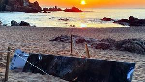 El monolito que apareció en la playa de Sa Conca, tumbado en el suelo a primera hora del 1 de abril.