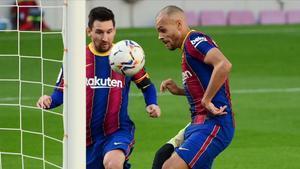 Braithwaite, junto a Messi, marca ante Osasuna.