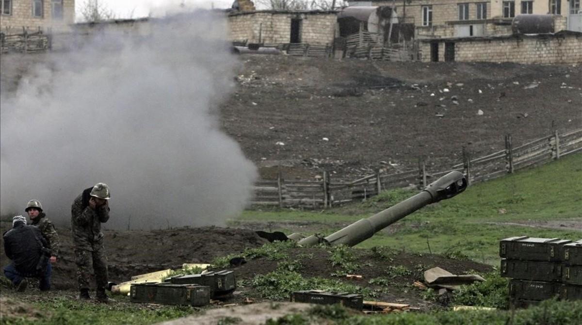 Artilleria de autodefensa en Nagorno-Karabakh.