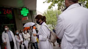 Médicos del sindicato AMYTS protestan en Vallecas (Madrid) por el deterioro de la sanidad pública en abril pasado.