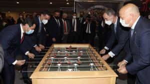 El Rey Felipe VI le echa al presidente del Gobierno, Pedro Sánchez, una partida de futbolínen la previa del Barça-Athletic.