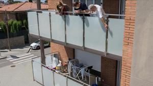Los vecinos señalan el piso ocupado que ayer sufrió el violento asalto en Premià de mar.