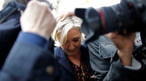 Lanzan huevos a Marine Le Pen, en campaña en el norte de Francia.