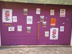 Tienda de la madre de Albert Rivera con carteles a favor del 'sí' al referendum.