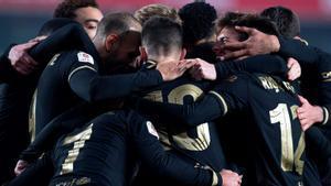 Los jugadores del Barça celebran uno de los goles de la prórroga de Granada.