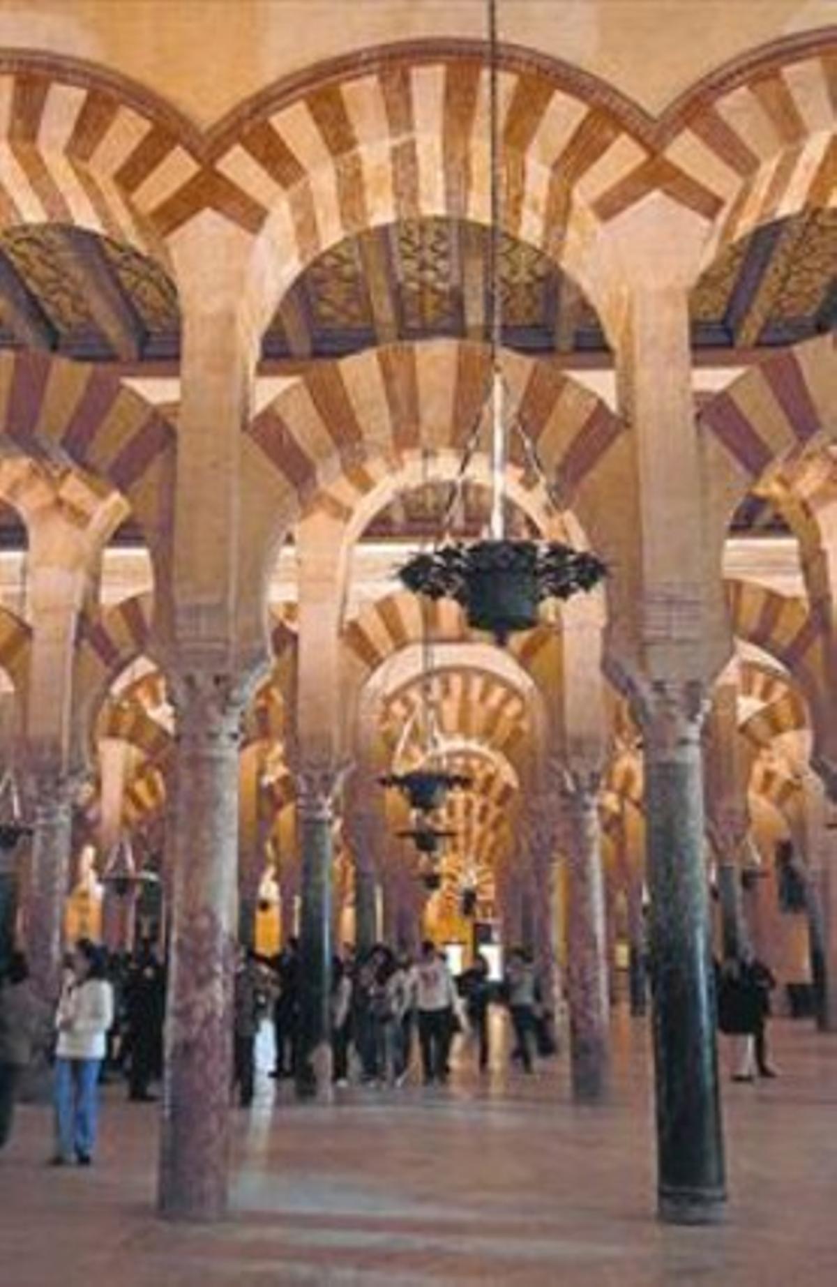 Interior de la mezquita de Córdoba, registrada a nombre de la Iglesia.