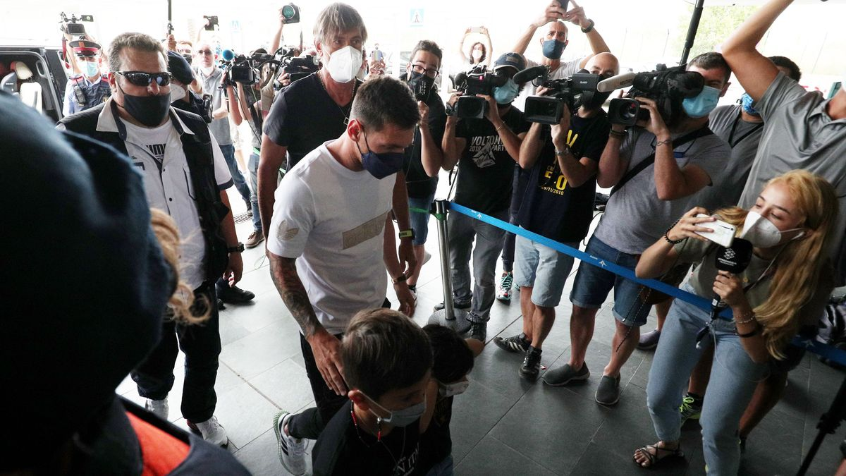 Lionel Messi se ha presentado en el Aeropuerto del Prat con sus hijos y su mujer Antonella  para ir a Paris