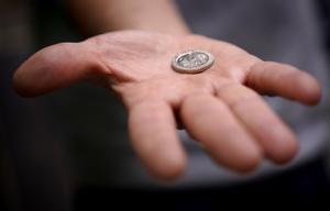 Reacción de dos generaciones muy distintas al ver unas monedas de peseta / Vídeo: José Luis Roca
