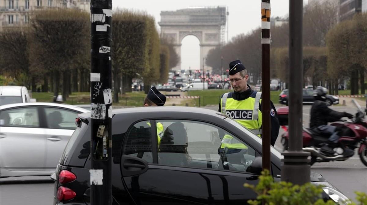 Agentes franceses controlan que los vehículos tengan permiso administrativo para circular por el centro de París.