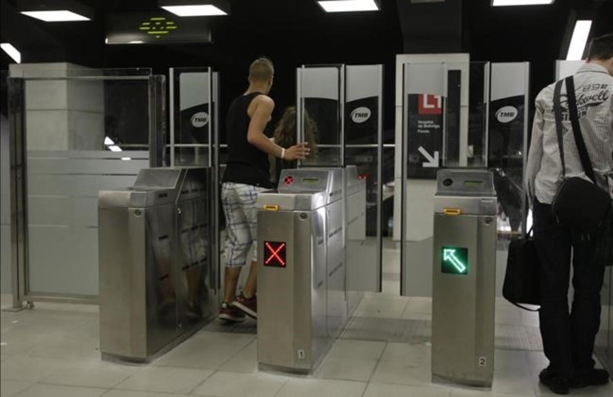 Un usuario se cuela en la estación del metro de Glòries.