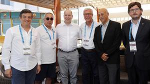 Alberto de Mónaco y el alcalde Ballesteros (en el centro), con los responsables de los Juegos del Mediterráneo.