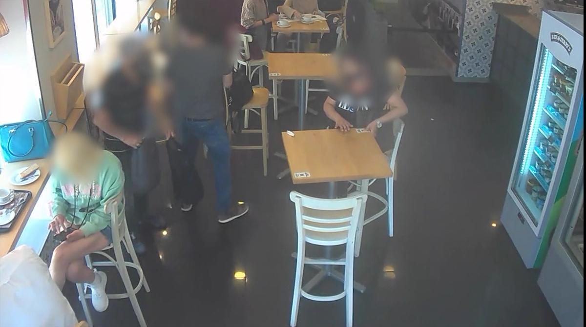 Así robaban los detenidos a clientes distraídos en bares de Madrid.