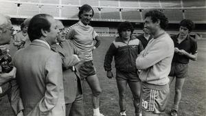 Josep Lluís Núñez y Jordi Pujol hablan con Quini en presencia de César Menotti, Diego Maradona y Àngel Pichi Alonso.