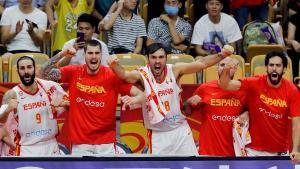Los jugadores de la selección celebran en el banquillo los últimos instantes del partido ante Serbia