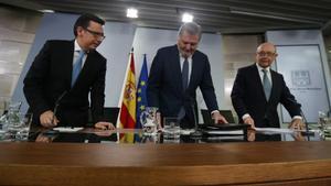 El ministro portavoz, Íñigo Mendez de Vigo, y los ministros de Hacienda, Cristóbal Montoro, y de Economía, Román Escolano .