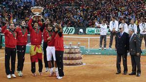 Los tenistas del equipo español de Copa Davis celebraron como se merece la quinta Ensaladera conquistada frente a Argentina.