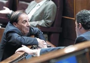 Vicente Martínez Pujalte conversa con otros diputados del PP, en el Congreso.