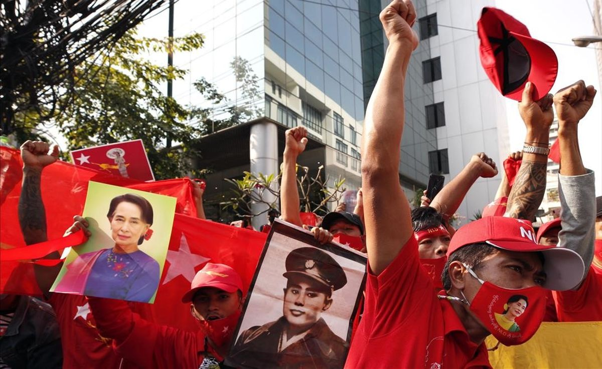 El Ejército de Birmania toma el control del país tras arrestar a Aung San Suu Kyi. En la foto, manifestantes contra el golpe de Estado.