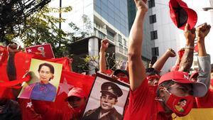 Manifestantes en las protestas contra el golpe de Estado en Birmania.