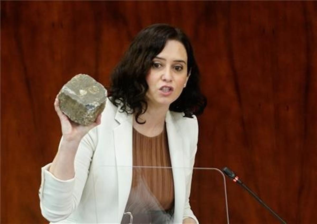 Ayuso sujeta la piedra