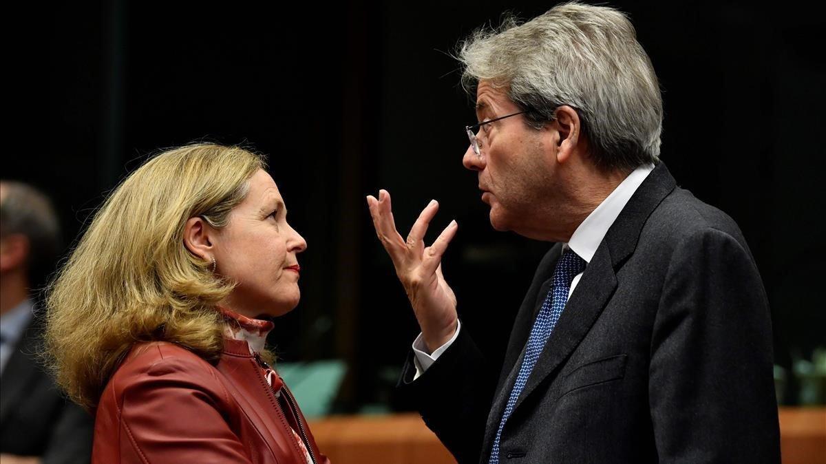 La vicepresidenta económica, Nadia Calviño, con el comisario de Economía, Paolo Gentiloni, en una reunión en enero en Bruselas.
