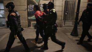 Uno de los arrestados este lunes en la operación contra narcopisos en la calle de Príncep de Viana.