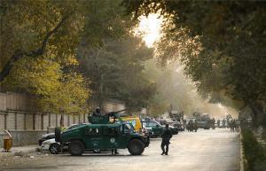 Ejército de Afganistán custodialaUniversidad de Kabul tras ataque terorrista.