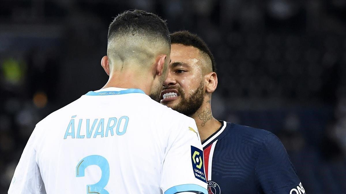 Neymar y Álvaro se encaran en el PSG-Marsella disputado en París.