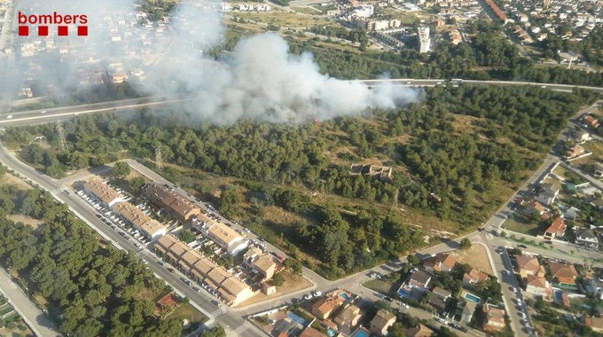 Imagen aéres de los bomberos del fuego en El Vendrell