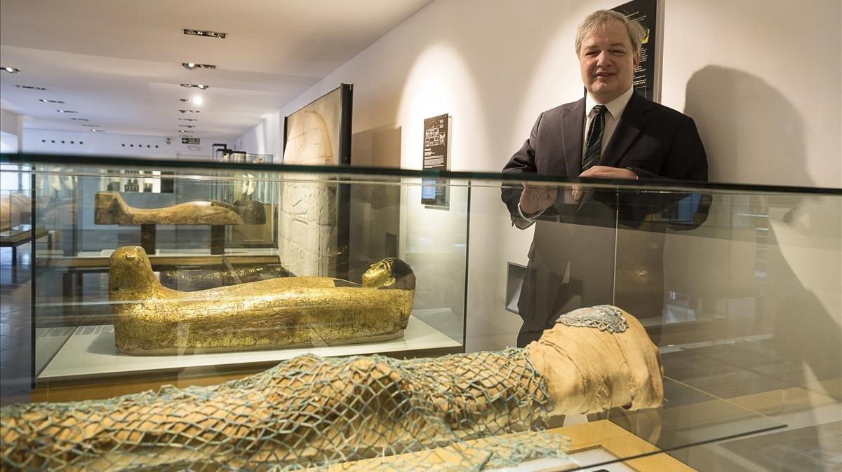 El experto en momificación Oliver Gauert, este verano en el Museu Egipci de Barcelona, ante una de las momias del centro.