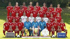 Els jugadors i l'equip tècnic del Bayern posen per a la foto oficial.