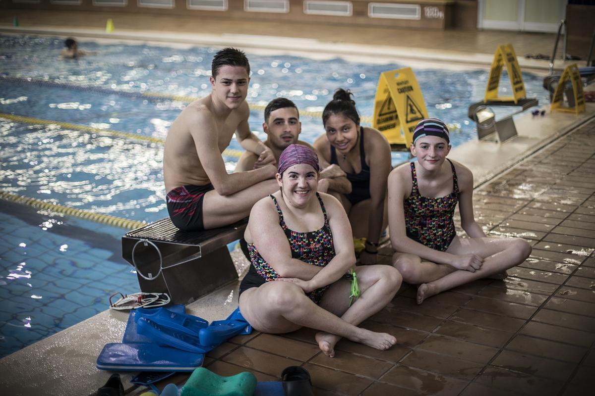 Los jóvenes nadadores de la Fundación Adapta2. De izquierda a derecha: Marc, Maria, Carlos, Mónica y Paula.