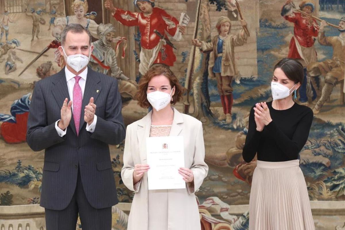 Sabrina Vega, campeona de España de ajedrez, con los Reyes al recibir el premio Reina Sofía.