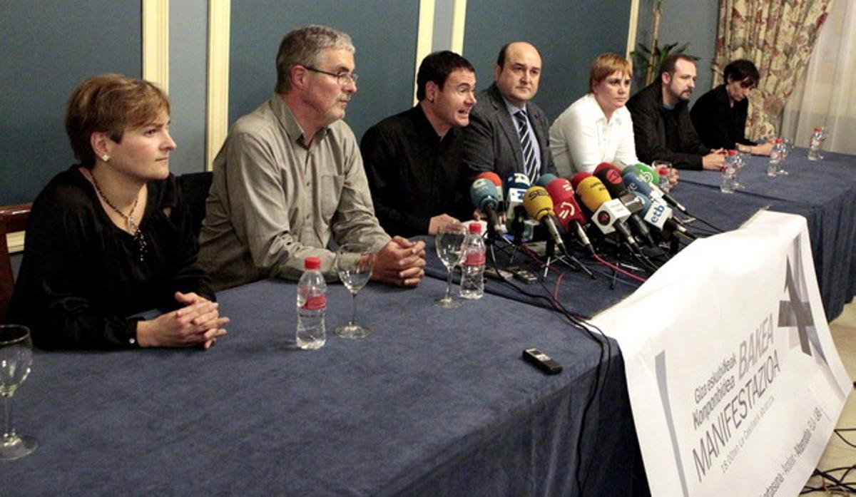 El presidente del PNV, Andoni Ortuzar (cuarto por la izquierda) y el de Sortu, Hasier Arraiz (tercero por la izquierda), y la máxima responsable de LAB, Ainhoa Etxaide (tercera por la derecha), entre otros, este viernes, en Bilbao.
