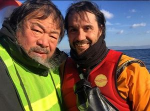 El artista chino Ai Weiwei se fotografía con un miembro de la oenegé catalana Proactiva Open Arms en las playas de Lesbos.Imágenes de la crisis de refugiados en Lesbos y de sus diversos montajes artísticos al respecto que ha mostrado Ai Weiwei en su cuenta de instagram.