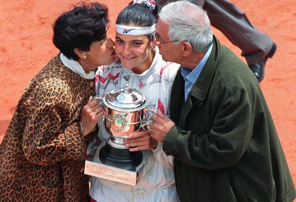 Arantxa Sánchez Vicario, besada pels seus pares, Marisa i Emilio, després de guanyar a París el 1994.