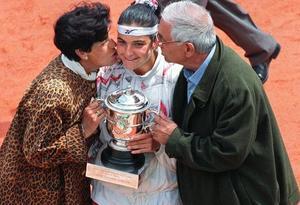 Arantxa Sánchez Vicario, besada por sus padres, Marisa y Emilio, tras ganar en París en 1994.
