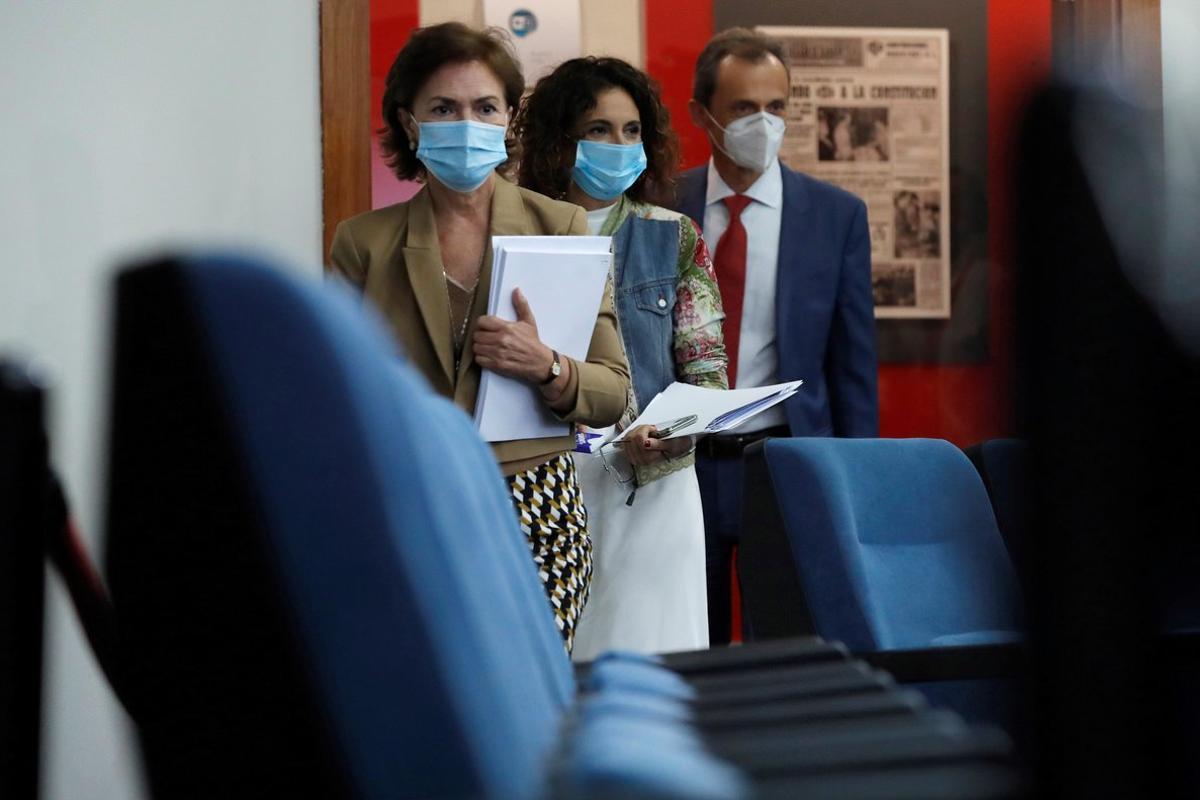 La vicepresidenta primera del Gobierno, Carmen Calvo, junto a la portavoz, María Jesús Montero, y el ministro de Ciencia, Pedro Duque, antes de la rueda de prensa de este 8 de septiembre en la Moncloa.
