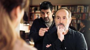 Cesc Gay (izquierda) ensaya una escena con Javier Cámara.