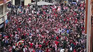 Aficionados del Athletic en la zona de Pozas en Bilbao, este sábado.